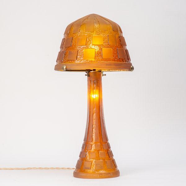 DAUM  - Lampe de table à décor géométrique en verre orangé transparent, 1925-1930