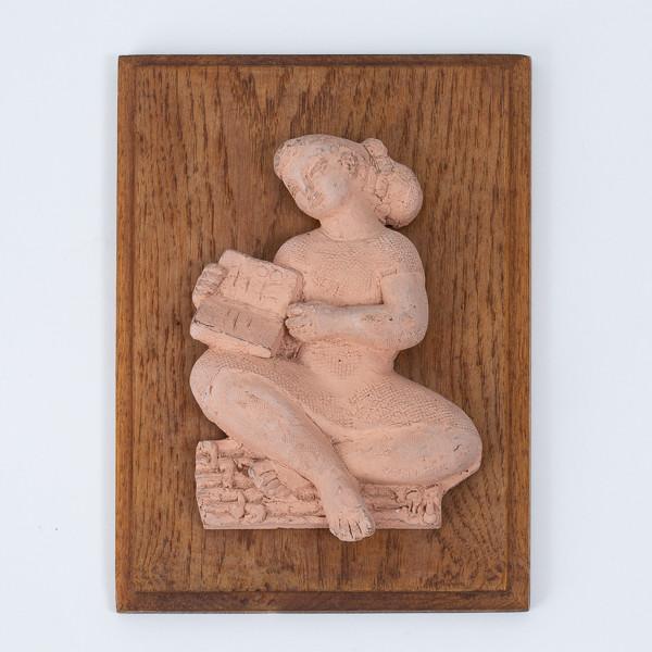 Antoniucci VOLTI (1915-1989)  - Femme au livre, bas-relief en terre cuite sur plaque en chêne