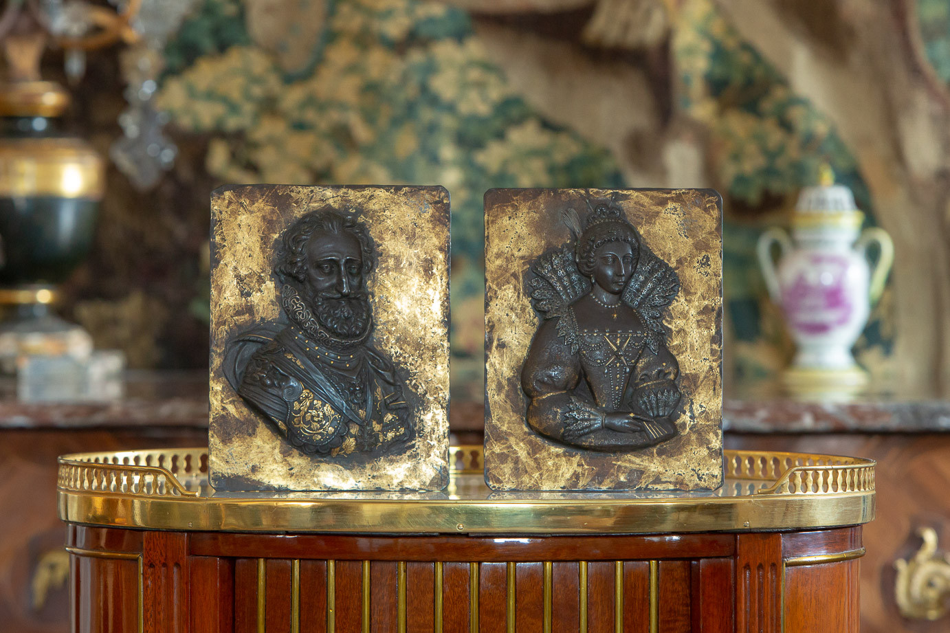 Attr. to Guillaume Dupre (1574-1642)  - Bust of Henri IV and Marie de Medici, iron plates enhanced with gold , 17th century