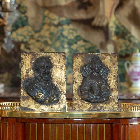 Attr. à Guillaume Dupré (1574-1642)  - Buste d'Henri IV et Marie de Médicis, plaques en fer rehaussées d'or du 17ème siècle