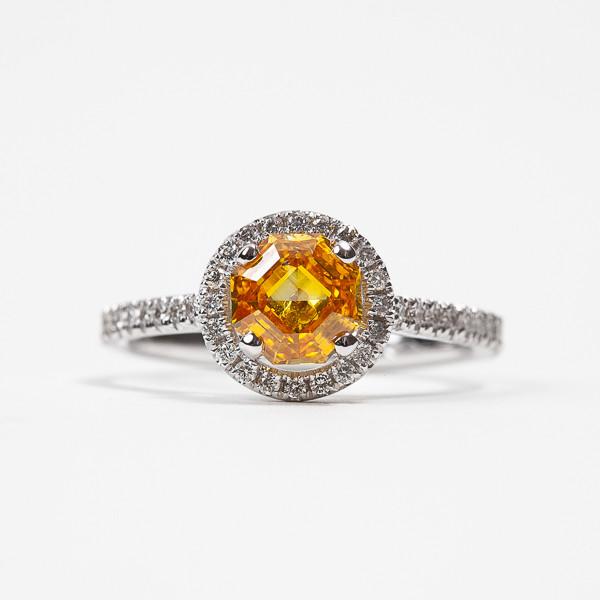 Ring white gold set with a orangy yellow diamond