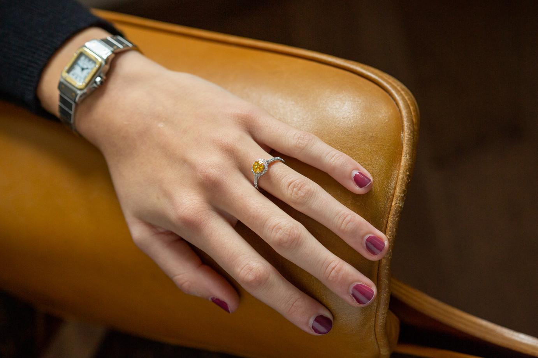 Bague en or blanc ornée d'un diamant naturel orangy yellow