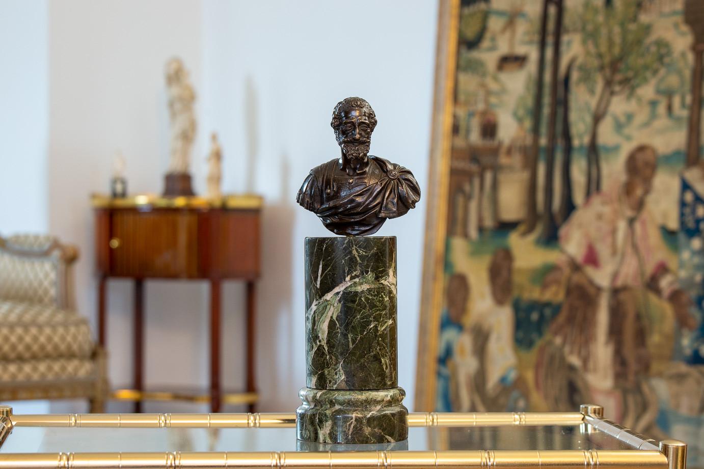 Attr. à Barthélémy Prieur (1536-1611)  - Buste à l'antique du roi Henri IV en bronze à patine brune