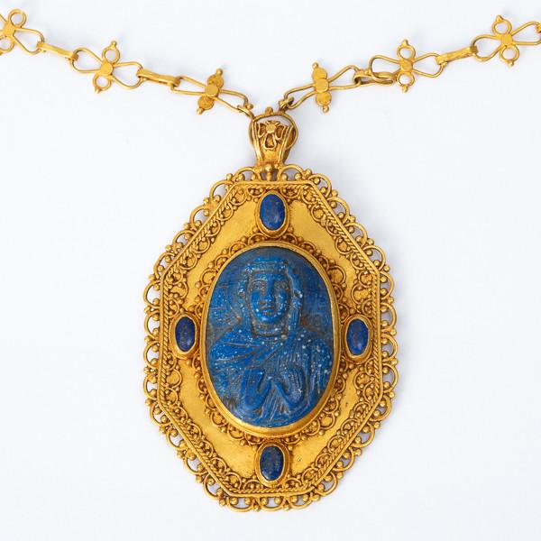 Médaillon en or byzantin sertissant un camée en lapis-lazuli du 11ème siècle