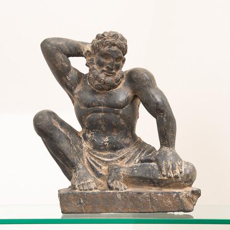 Importante figure en schiste gris d'un Atlas, Gandhara, 2e/3e siècle